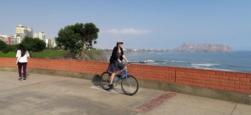 Cycling the Miraflores seacliff path